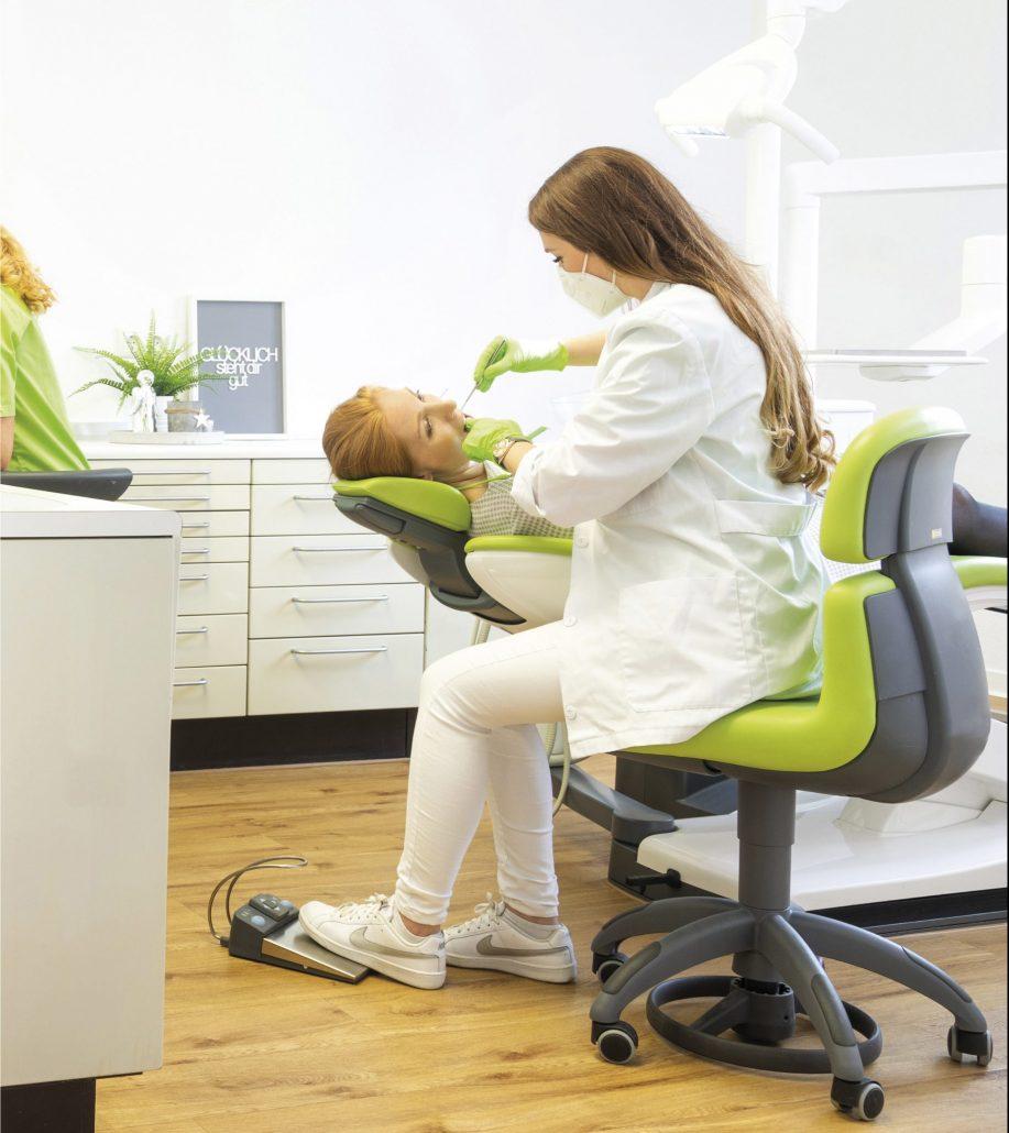 Dr. Sabrina Hoffmann behandelt eine Patientin auf der Sinius von Dentsply Sirona.