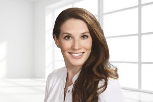 """Dr. Sabrina Hoffmann hat sich nicht nur für die Behandlungseinheit Sinius entschieden, weil sie gut aussieht: """"Es erspart uns einfach jede Menge Arbeit … und man kann sich darauf verlassen, dass es auch den Hygiene-Richtlinien des Robert-Koch-Instituts entspricht."""""""