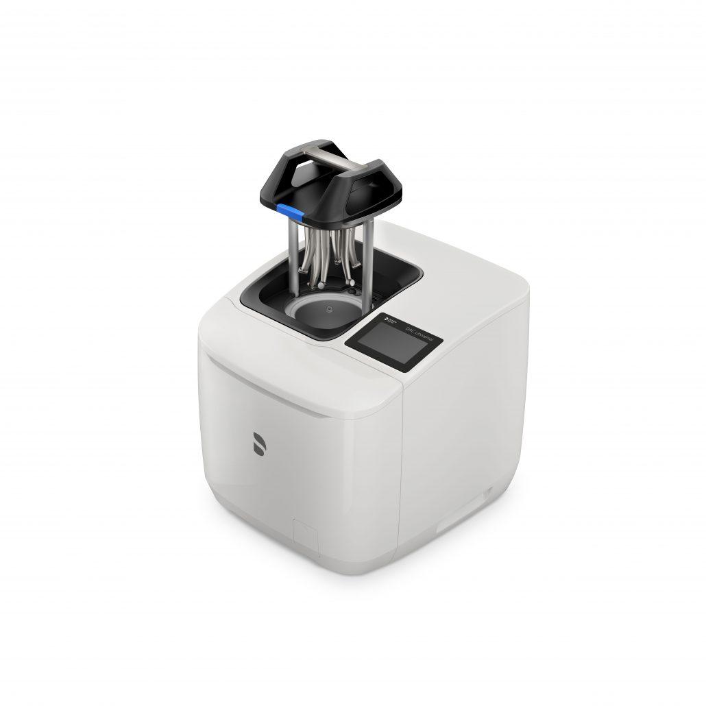 Der DAC Universal D ist 2019 eingeführt worden und verfügt mit seinem Touch-Display über eine intuitive Bedienoberfläche. In ca. 15 Minuten bereitet der DAC Universal D bis zu sechs Instrumente vollautomatisch per Knopfdruck auf.
